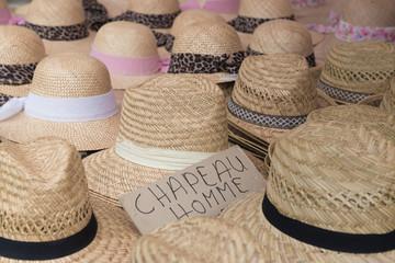 Hüte auf einem französischen Marktstand