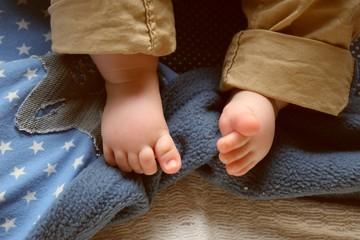 Baby mit Hosenträgern 2
