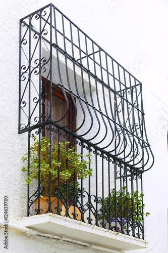 Balcon con flores y rejas en el pueblo de altea en - Rejas para balcon ...