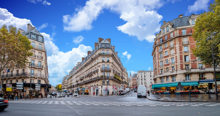 Streets of Paris, France. Blue sky, buildings and traffic. Shot in late autumn daylight. Fototapete