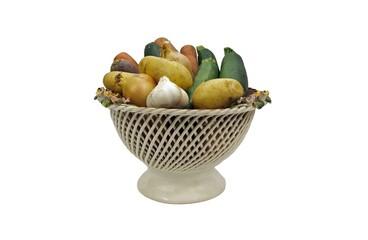 corbeille en faïence contenant différents légumes