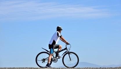 青空の風景をマウンテンバイクで走る