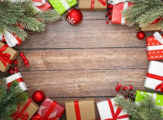 Weihnachten / Geschenk auf rotem Hintergrund