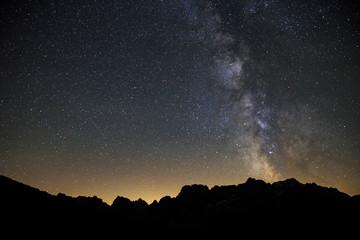 Meravigliosa Via Lattea che sovrasta le montagne delle dolomiti