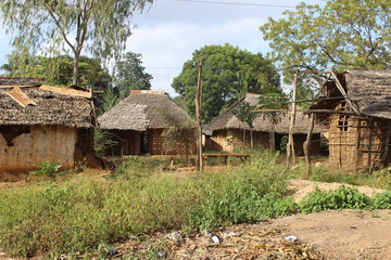 Lehmhütten in einem kenianischen Dorf