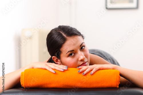 frau bei der r cken massage stockfotos und lizenzfreie bilder auf bild 124762734. Black Bedroom Furniture Sets. Home Design Ideas