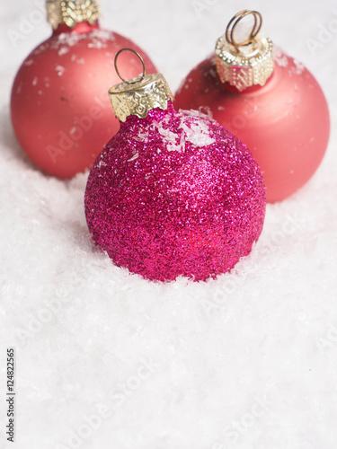 Weihnachtskugeln Pink.Weihnachtskugeln In Pink Mit Textraum Im Schnee Stock Photo And