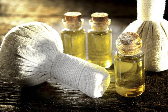Massageöl und Kräuterstempel