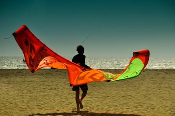 Kite Surfer am Weg zum Meer