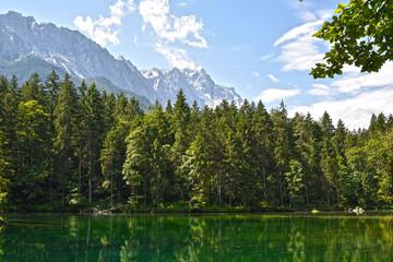 Deutschlands höchster Berg Zugspitze, vom Badersee aus gesehen