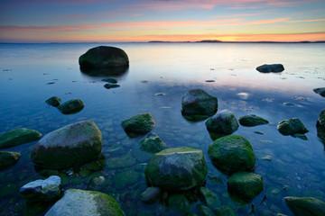 Sonnenuntergang an der Ostsee,  Insel Rügen, Greifswalder Bodden, Große Findlinge, Windstille, glattes Wasser