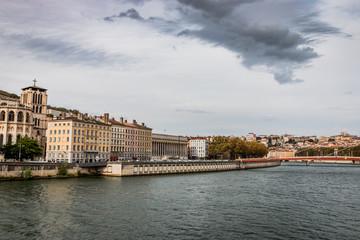 Vue sur la Passerelle du Palais de Justice et la Saône à Lyon