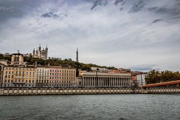 La colline de Fourvière et la passerelle du Palais de Justice de Lyon