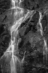 Zakończenie bieżąca woda przy siklawą w czerń & bielu. - 124920988