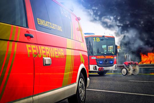 Feuerwehrfahrzeuge stehen an einem Autobrand