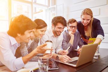 Business Team um Computer im Büro
