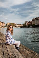 Fillette assise sur Les Planches, sur la promenade du défilé de la Saône à Lyon