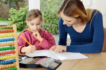 Schüler erhält Nachhilfe und Hilfe bei Hausaufgaben durch Nachhilfelehrer