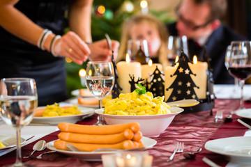 Traditionelles deutsches Weihnachtsessen Würstchen und Kartoffelsalat