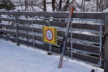Ski-Durchfahrt verboten