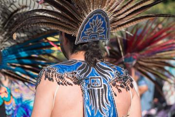 Danzante camina con su Penacho de plumas.