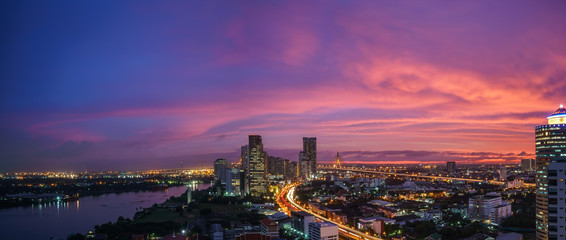 Fond de hotte en verre imprimé Prune Panoramic cityscape of Bangkok in twilight , Thailand