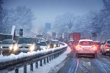 Verkehrsstau bei Schneematsch auf Autobahn bei Dämmerung Berufsverkehr am Morgen
