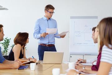 mitarbeiter präsentiert ideen vor einer gruppe