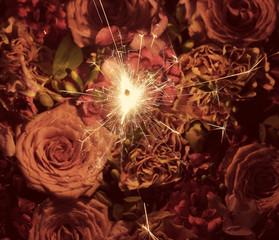 бенгальские огни и букет цветов
