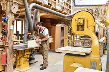 Tischler arbeitet in einer Schreiner-Werkstatt // carpenter working in a workshop