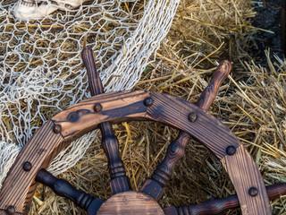 altes Schiffssteuerrad aus Holz