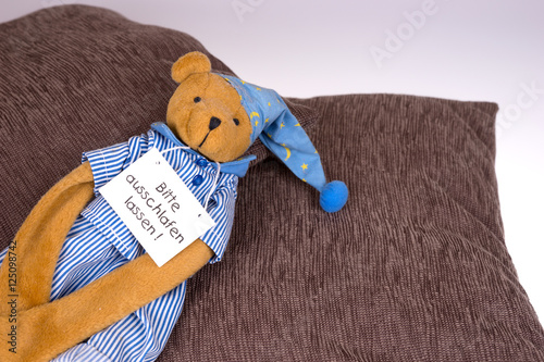 kuscheltier mit schild bitte ausschlafen lassen immagini e fotografie royalty free su. Black Bedroom Furniture Sets. Home Design Ideas