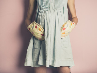 Pregnant woman with oven gloves