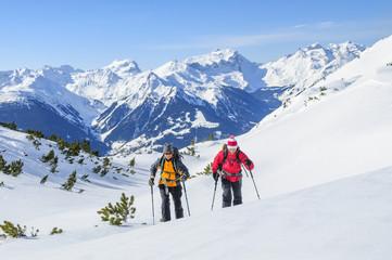 Skibergsteiger in herrlicher Gebirgslandschaft in Vorarlberg