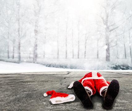 Nikolaus / Weihnachtsmann liegt platt auf einer winterlichen Straße