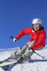 sportlich auf Skiern unterwegs