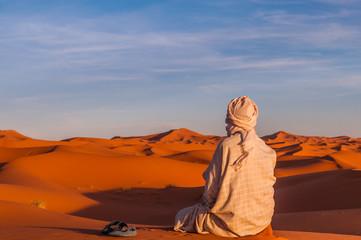 Berber in der Sahara bei Sonnenuntergang; Marokko