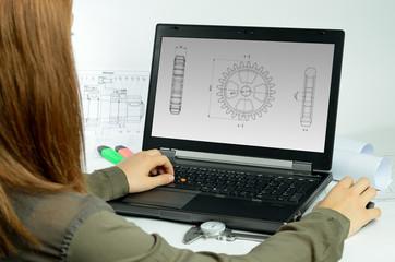 Laptop mit Person und Zeichnung