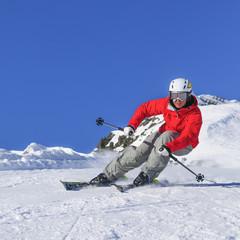 sportlich skifahrende Frau
