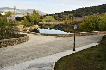 Cruce de caminos. Muralla del Castillo de Buitrago de Lozoya. Su recorrido es paralelo al río Lozoya. Su origen es musulmán (s. XI y XII).