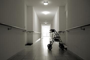 Flur mit Rollator in einem Seniorenheim