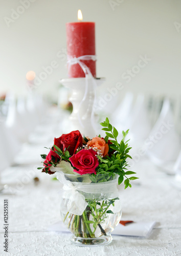 Brautstrauss Und Kerze Auf Dem Hochzeitstisch Stock Photo And