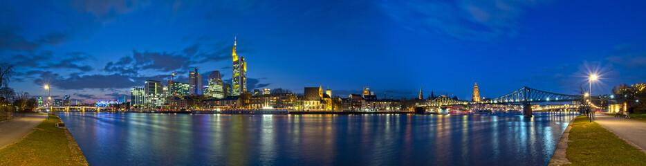 Frankfurt Skyline zur blauen Stunde