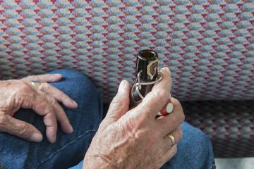 Bierflasche mit traditionellem Porzellanverschluss in Männerhand