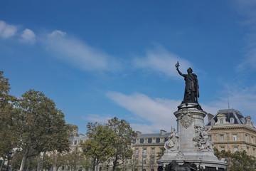Statue de la République. Ciel bleu, Paris, France.