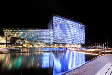 Photo sur Plexiglas Opera, Theatre Night scene of Harpa Concert Hall in Reykjavik