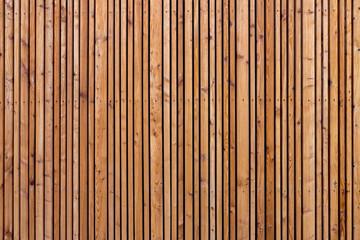 Holzwand mit vielen Leisten