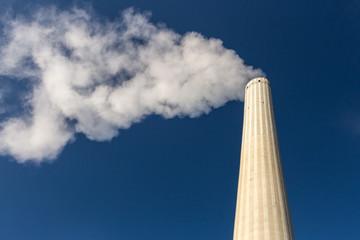 rauchender Schornstein bei blauem Himmel