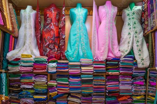 Orientalische Kleider Und Bunte Stoffe Auf Dem Basar In Marrakesch