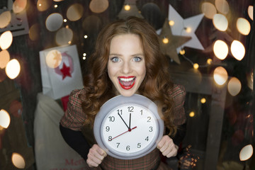 Frau mit Uhr zu Weihnachten